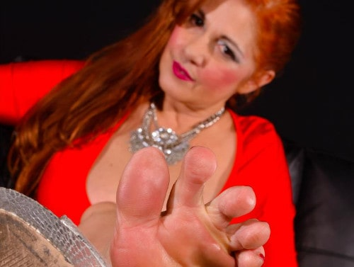 Bad gurl in vegas shows off her sexy feet
