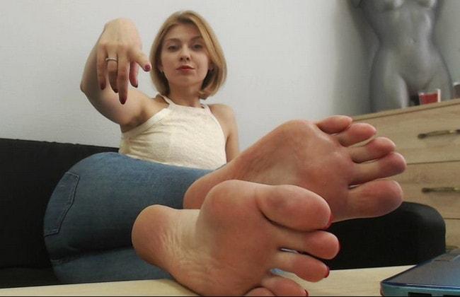 Hot Foot Femdom – Kinky Blonde Teases Sexy Feet & Toes